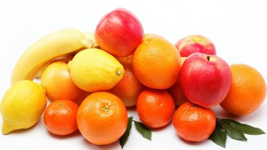 frukty_belyy_fon_kucha_apelsiny_mandariny_yabloki_banany_limony_79028_2048x1152
